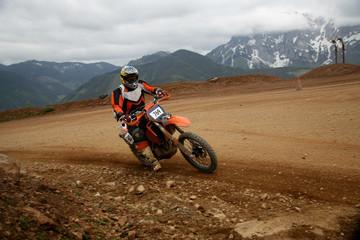 Motocrossfahrer auf der Rennstrecke