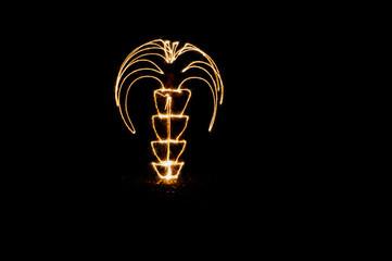 Фотография пальмы, нарисованной в воздухе ночью бенгальскими огнями.