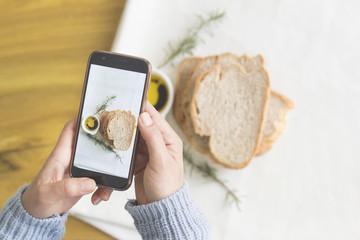 yemek fotoğrafı çeken kadın