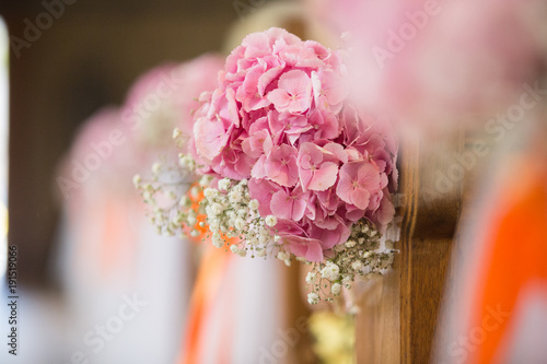 Blumenschmuck In Der Kirche Bei Hochzeit Stockfotos Und Lizenzfreie