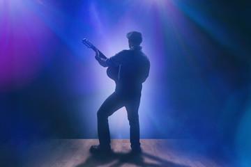 Musiker mit Gitarre auf Bühne