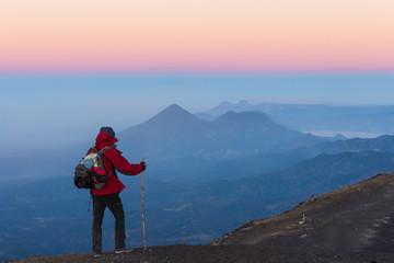 Randonneur au sommet du volcan Acatenango, Guatemala