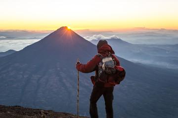 Lever de soleil sur le volcan Agua depuis l'Acatenango, Guatemala