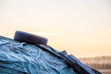 Abgedeckter Heuhaufen an einem Wintermorgen in den Feldern Rheinhessens