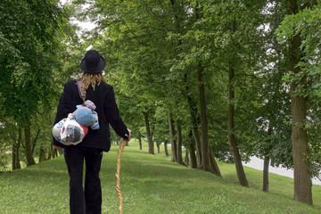 Frau auf der Walz Waldweg