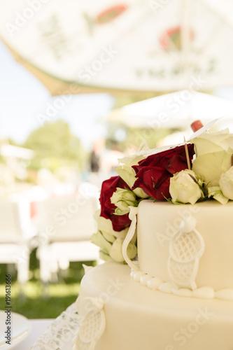 Weisse Hochzeitstorte Mit Rosen Stockfotos Und Lizenzfreie Bilder