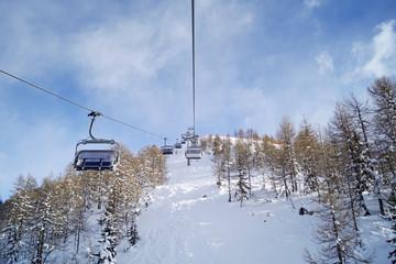 Panorama di montagna con vista prospettica seggiovia e cielo azzurro