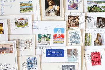 Diverse bunte Briefmarken auf Postkarten