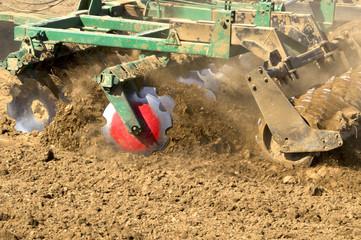 обработка почвы современным культиватором перед посевом