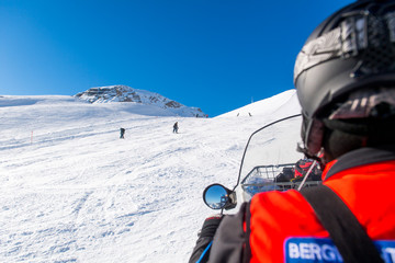 Schneemobil der Bergwacht zur Rettung auf den Skipisten