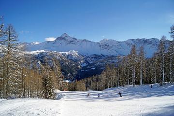 Sciatori località Alpe Palù Valmalenco Italia con sfondo Pizzo Scalino