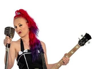 Rock'n'Roll Sängerin mit roten Haaren, Gitarre und Mikrofon