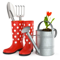 Rote Gummistiefel mit Gießkanne, Schaufel und Gartenhacke isoliert, weißer Hintergrund