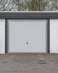 Garage mit einem weißem Tor