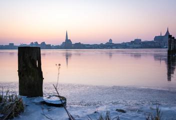 Skyline von Rostock - Blick über das Eis der Warnow
