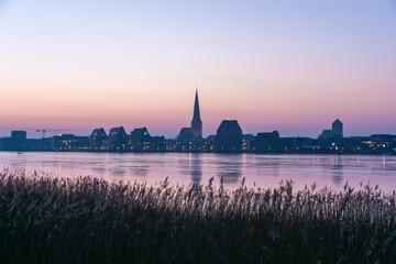 skyline von Rostock an einem Wintermorgen - Dämmerung Sonnenaufgang
