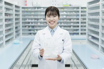 Photo sur Aluminium Pharmacie 薬局 若い女性 薬剤師