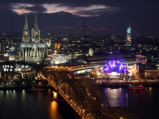 Kölner Dom bei Nacht mit Brücke und Opernhaus