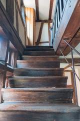 Alte Holztreppe in einem altertümlichen Fachwerkhaus