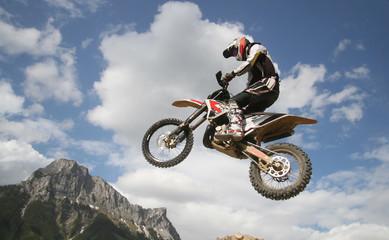 Motocrossfahrer im Sprung