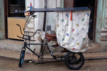 Pareja disfrutando de la lliuvia en La Habana