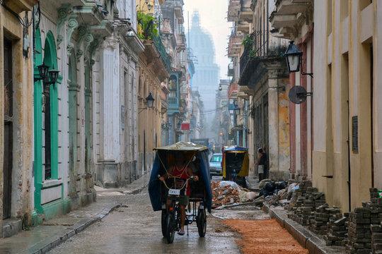 Taxista trabajando bajo la lluvia de La Habana