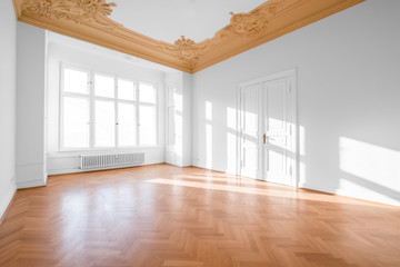 Obraz Empty room with parquet floor after renovation - fototapety do salonu