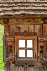 Altes Fenster auf einer Alm