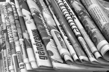 journaux en noir et blanc