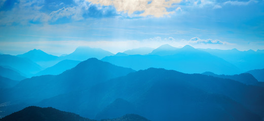 Photo sur Aluminium Bleu jean Sunlit cloud above blue mountains