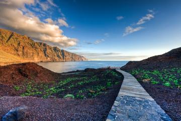 Holzweg, Los Gigantes, beim Faro de Teno, Teneriffa, Spanien - Path, Los Gigantes, at Faro de Teno, Tenerife, Spain