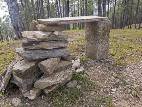 Eine Bank Aus Steinen Steht Auf Einem Hügel Im Wald Stockfotos Und
