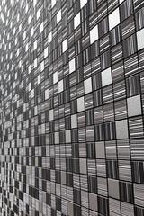 細かいタイルの壁