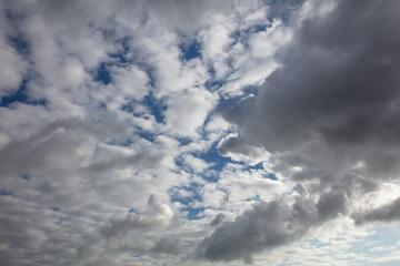 Viele Wolken am bewölkten Himmel