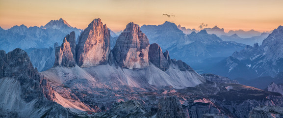 Fototapeten Gebirge Tre Cime di Lavaredo mountains in the Dolomites at sunset, South Tyrol, Italy