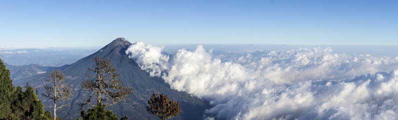 Vue panoramique sur le volcan Agua depuis l'Acatenango, Guatemala