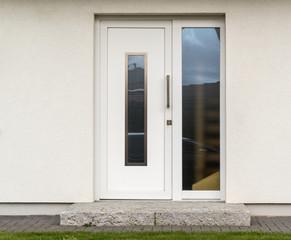 Moderne weiße Haustür eines Hauses