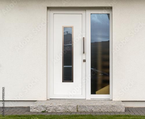 Weiße Haustür moderne weiße haustür eines hauses stockfotos und lizenzfreie