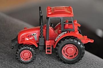 roter Traktor als Spielzeug