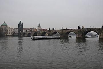 Karlsbrücke in Prag an einem trüben Wintertag