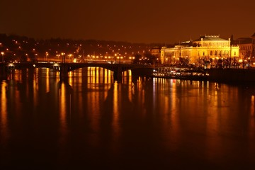 Blick über die Moldau auf das Rudolfinum in Prag