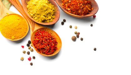 In de dag Kruiden Spice. Various spices in wooden spoons over white background. Curry, saffron, turmeric, cinnamon