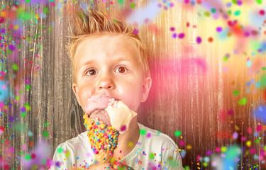 Kind beim Eis essen