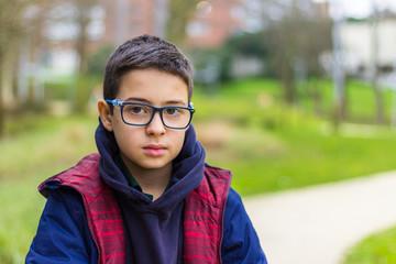 Menino de óculos