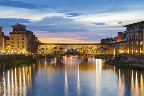 Fototapete Ponte Vecchio - the bridge-market in the center of Florence, Tuscany, Italy at dusk