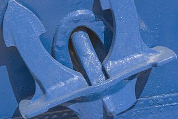 Blauer Anker an blauem Schiff