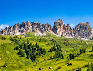 Dolomiten mit grünen Wiesen und Berghütten, Südtirol, Italien