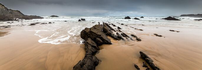 Rochers Sur une plage déserte