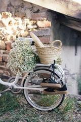 vélo d'enfant avec panier baguette et fleurs