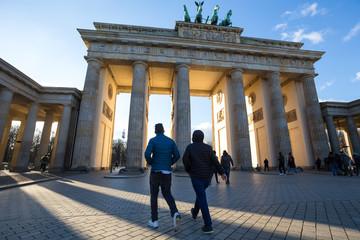 brandenburger tor gate berlin sunrays